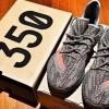 """9月発売!アディダス オリジナルス イージー 350 ブースト V2 """"スチールグレー/ベルーガ"""" (adidas Originals YEEZY 350 BOOST V2 """"Steel Grey/Beluga-Solar Red"""") [BB1826]"""